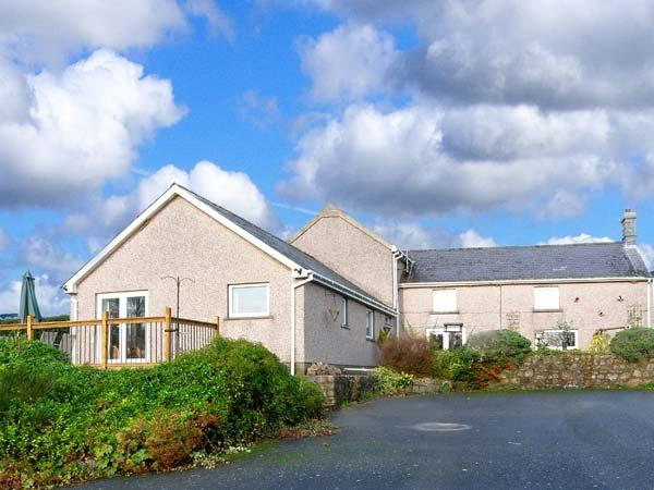 BEEFS PARK FARM ANNEXE, single-storey accommodation, lawned garden, walks from, vacation rental in Whitland