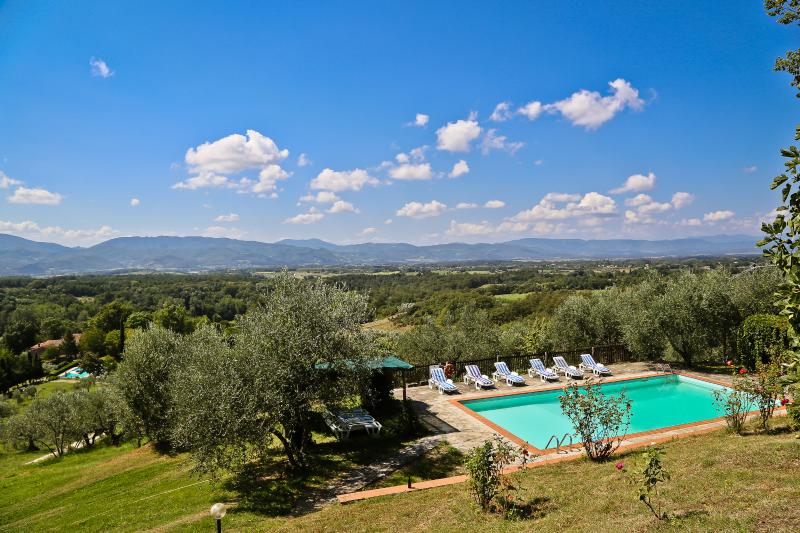 Villa Montagna: San Lorezo villa offers great views, Tuscan charm and private pool, location de vacances à Ferracciano
