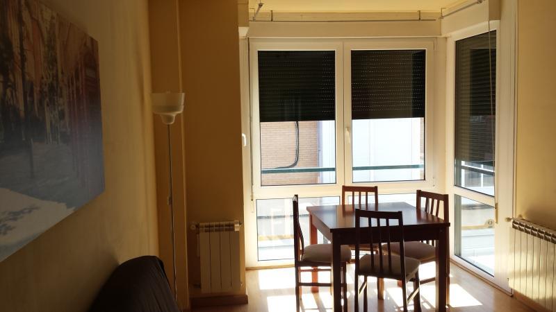 Salón principal vista 3. Paredes pintadas en liso.