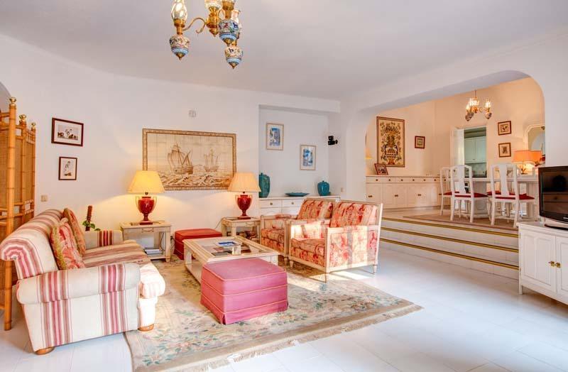 Salon et salle à manger avec portes coulissantes en verre avec vue et accès au patio et piscine