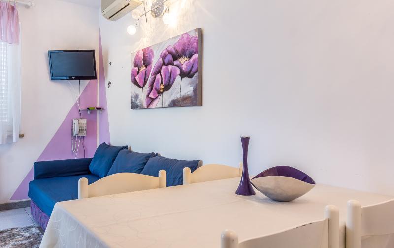 Apartment Violet 300 m from the sea, aluguéis de temporada em Pjescana Uvala