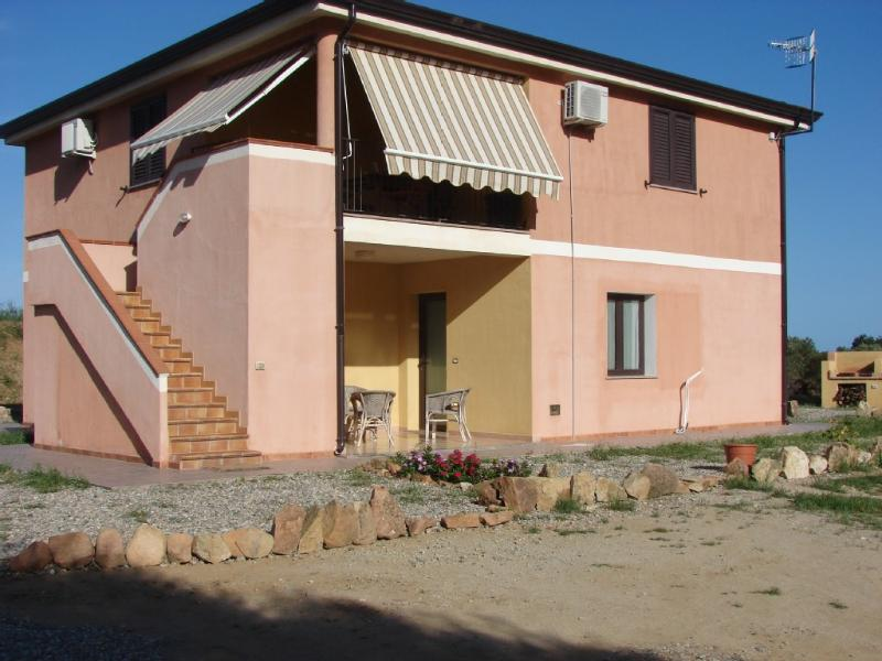Domus Fadda lies just 1300 meters from the sand dunes. Warm white beaches and a turquoise blue sea.