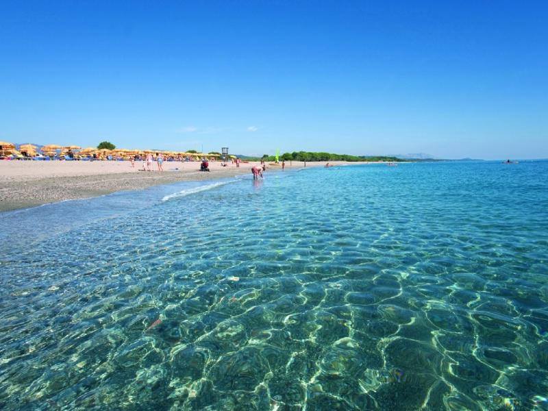 Its waters are crystal clear and of a changing blue due to the plays of light created by the sun.