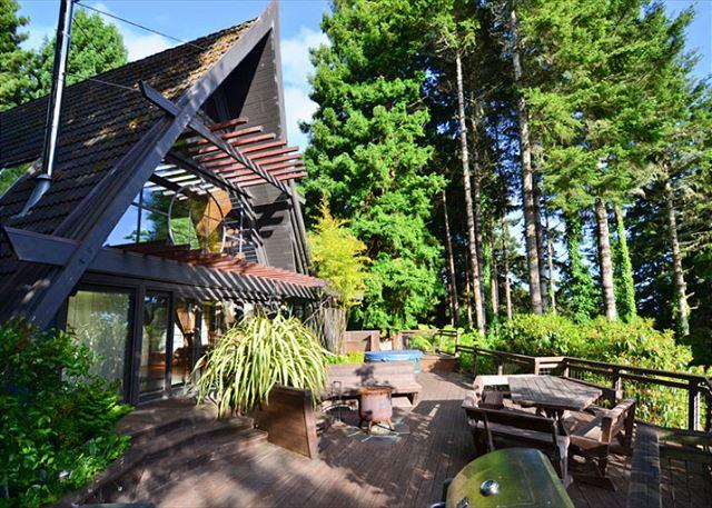 Custom Japanese A-Frame in the Redwoods with large private deck & hot tub
