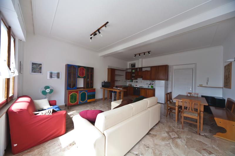 Salone con divano letto e angolo cottura