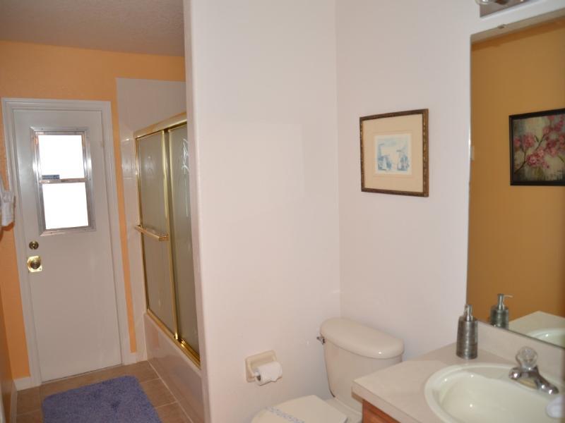 2e salle de bain à l'étage. S'ouvre à la salle familiale et le patio