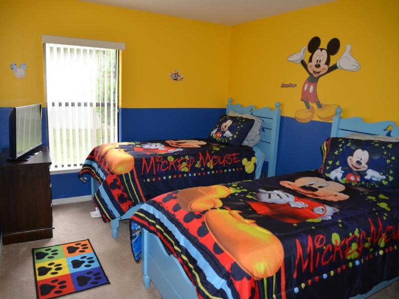 Chambre du garçon thème de Disney à l'étage. Deux lits jumeaux. TV. Commode