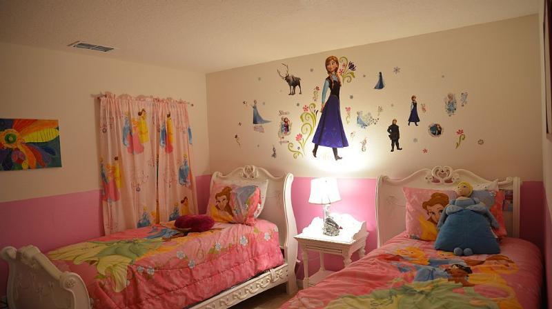 Chambre de la fille thème Disney au 1er étage. Deux lits jumeaux. TV. Commode.
