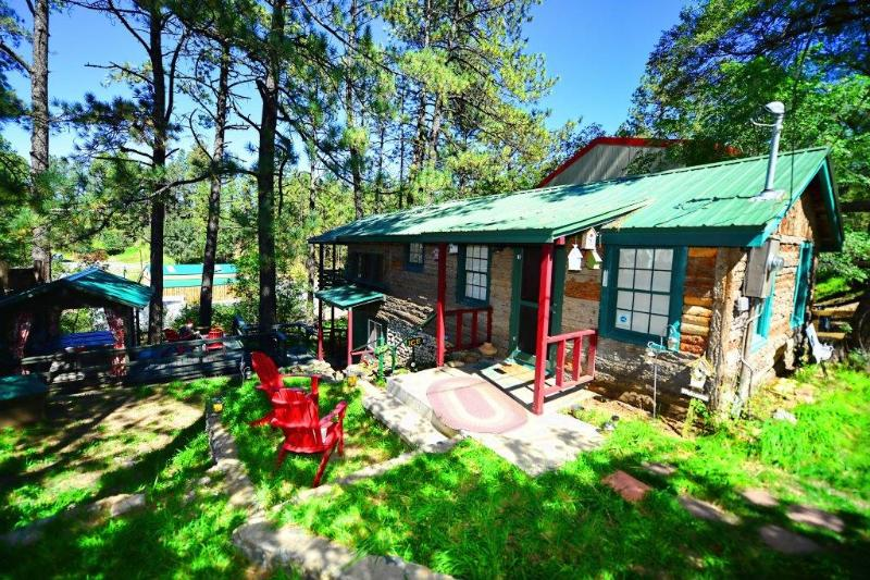 Retro in Mid-Town * NEW PROPERTY* BIG DISC Walk n Town, vacation rental in Ruidoso