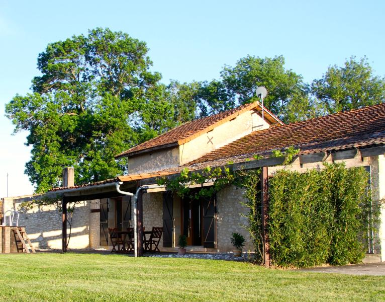 Barn Gite-vineyard, views, pool, wifi, games-room - 'L' Atelier' at Les Marais, holiday rental in Bergerac City