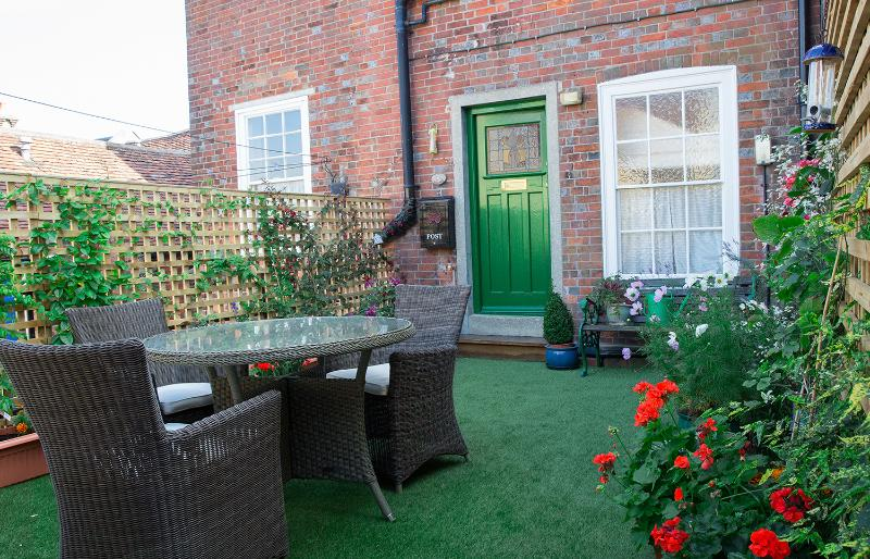 Character apartment in Lymington High Street with a private outside terrace., vacation rental in Lymington
