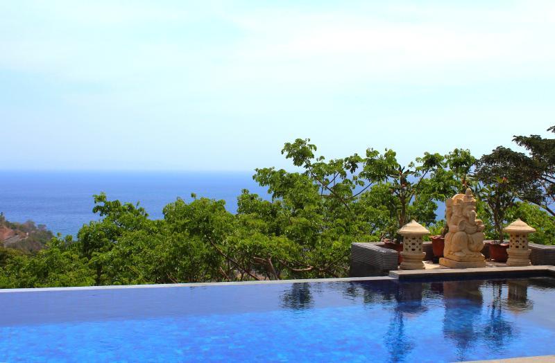 Vista mar lateral de piscina