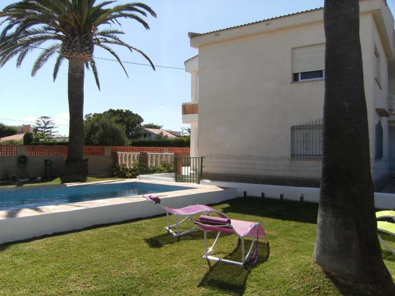 VILLA PALMERAS - CHALET CON PISCINA PRIVADA 14 PERSONAS 250 M. PLAYA, holiday rental in Vinaros