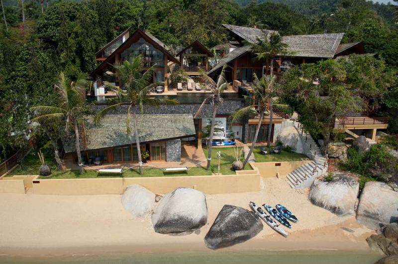 Baan Hinta and Baan Hinyai: This modern beach front development features two epic villas