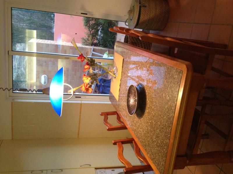 La table de la cuisine - dans le même marbre comme sur le comptoir !