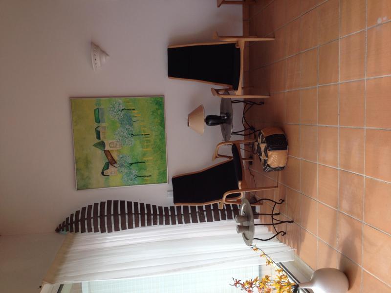 un agréable lecture de zone - avec une peinture à l'huile suédoise sur le mur