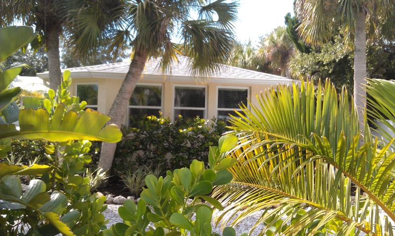 Private Studio Apartment - Separate, Private Entrance - Walk to Siesta Village, holiday rental in Siesta Key
