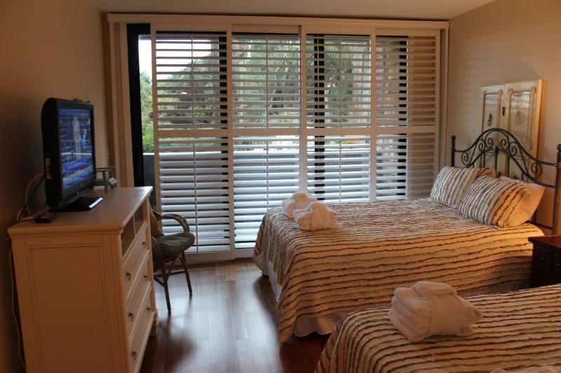 Kamer met queensize bed heeft ook een prive-dek