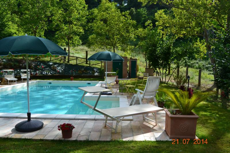 Country house with pool surrounded by green hills updated - Summer house with swimming pool review ...