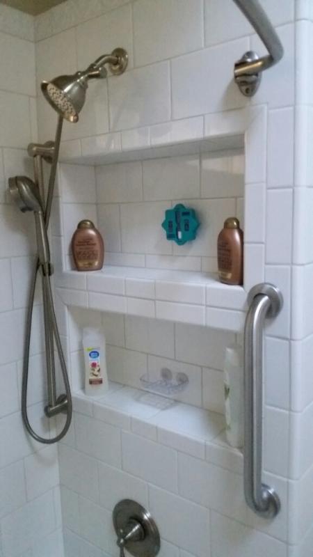 Ducha con un surtido de jabones y productos de cuidado del cabello. 4 juegos de toallas.
