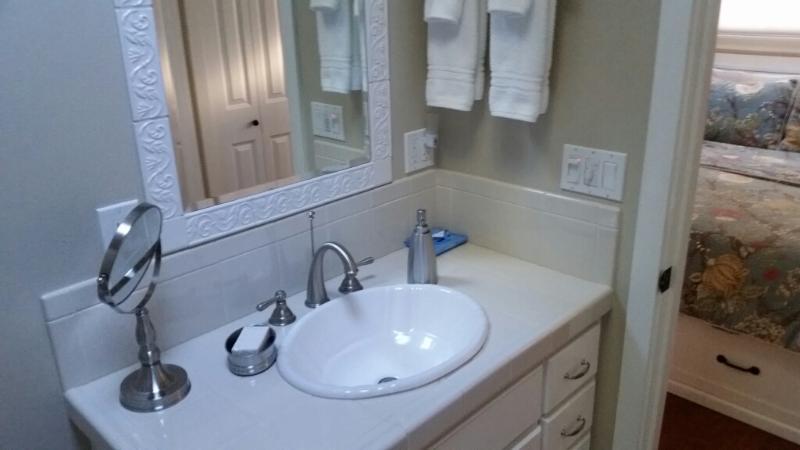 Amplio mostrador y espejos. Secador de pelo, plancha y lociones varios proporcionadas