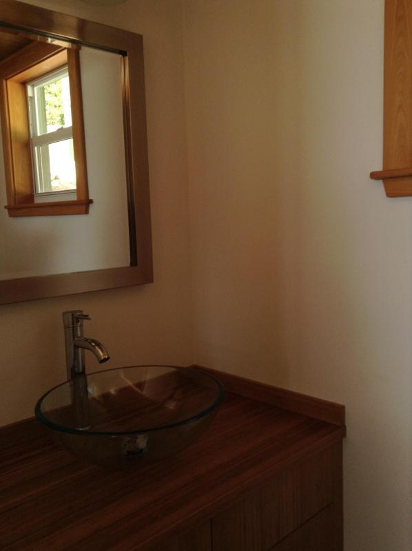 Mezzo bagno fuori il livello principale - collegato alla cucina, soggiorno e zona pranzo