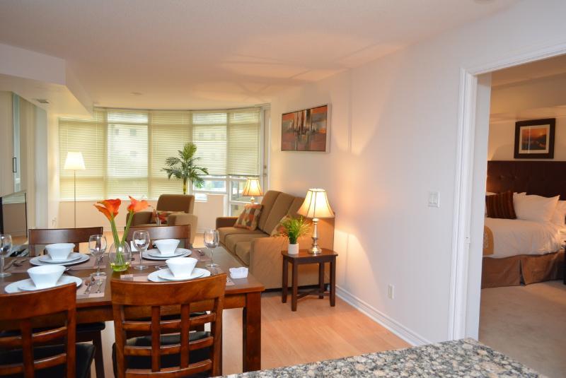Bombaim Suites Mississauga - sala de estar e sala de jantar