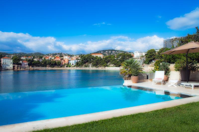 Villa de standing sur la plage de Rènecros, vacation rental in Ile de Bendor