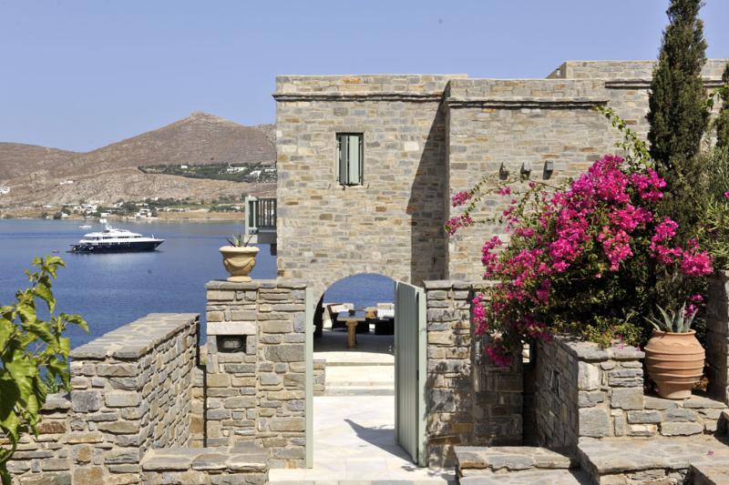Villa Oniro a beach front villa, walking distance to famous Naoussa, vacation rental in Paros
