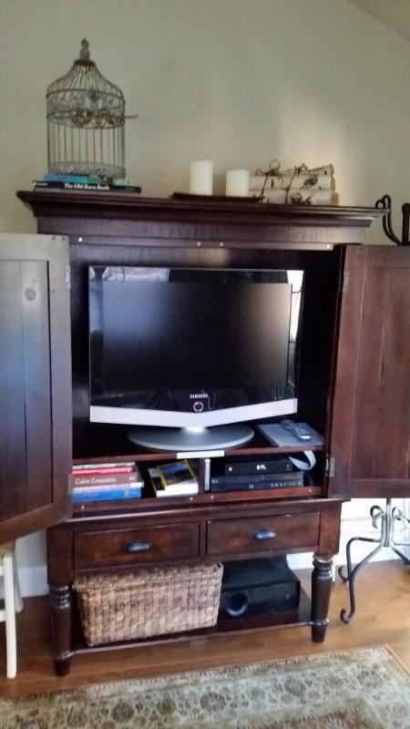 LCD HD TV, Cable, DVD BluRay y envolvente sonido sistemas en sala de estar