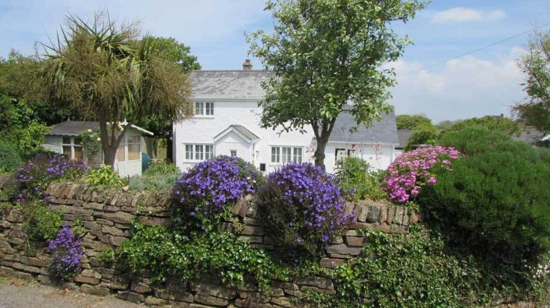 Traditional detached cottage located in a quiet lane - walk to the beach