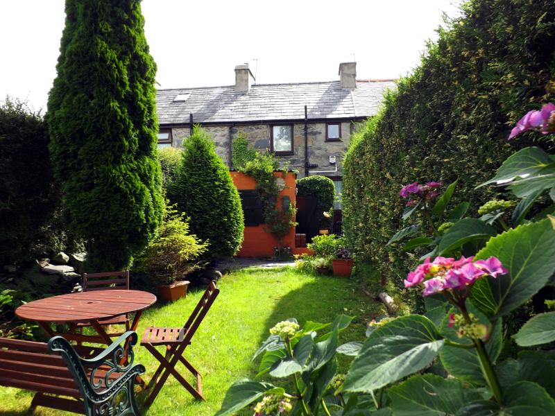 Cariad Bach Cottage, holiday rental in Cwm-y-Glo