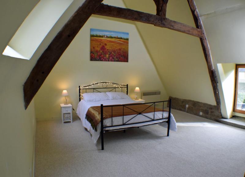 Habitación planta superior con cama doble, cama de día adicional y guardarropa