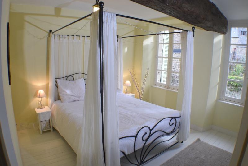 Primer piso dormitorio con cama Queen size, armario y cajonera