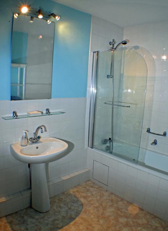 Primer piso cuarto de baño con WC, lavabo, bañera y ducha