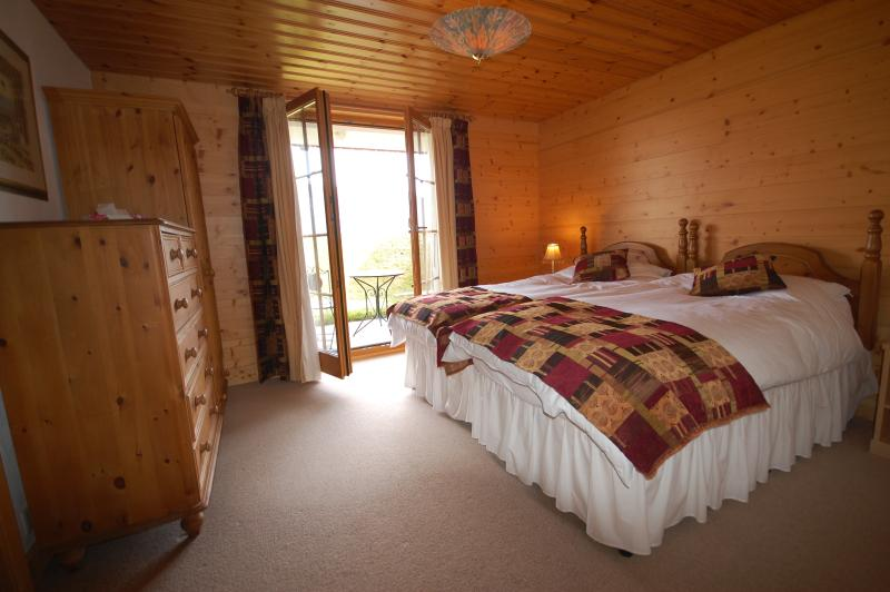 En-suite bedroom with single beds and terrace