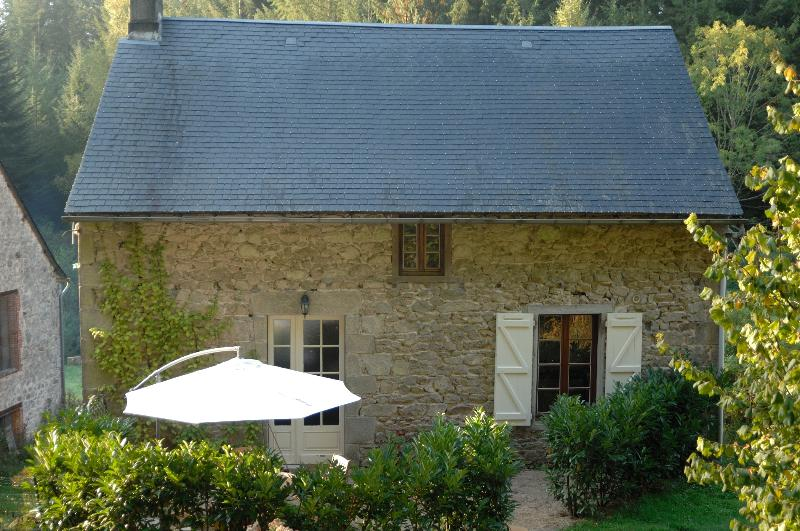 Independant Mill house set in private grounds with an outdoor pool, holiday rental in Margerides