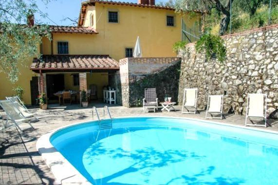 Achteraanzicht van Campolungo met privé zwembad