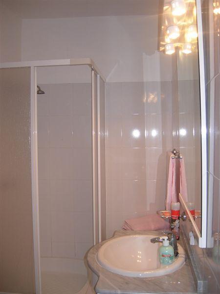 L'une des 2 salles de bains avec douche