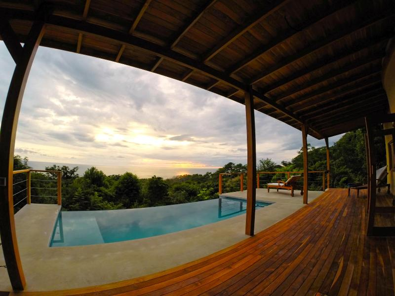 Luxury Villa w/ Breathtaking Views & Infinity Pool, Ferienwohnung in Santa Teresa