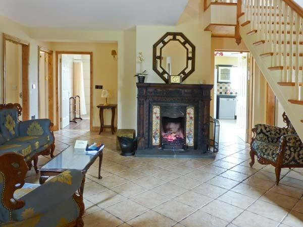 KYLE COTTAGE, detached, open fire, en-suite Jacuzzi baths in all bedrooms, hot, vacation rental in Mountrath
