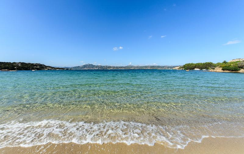 BELLISSIMA CASA AL MARE A 100 metri dal mare wifi-parking- Susy baja sardinia, vacation rental in Baia Sardinia