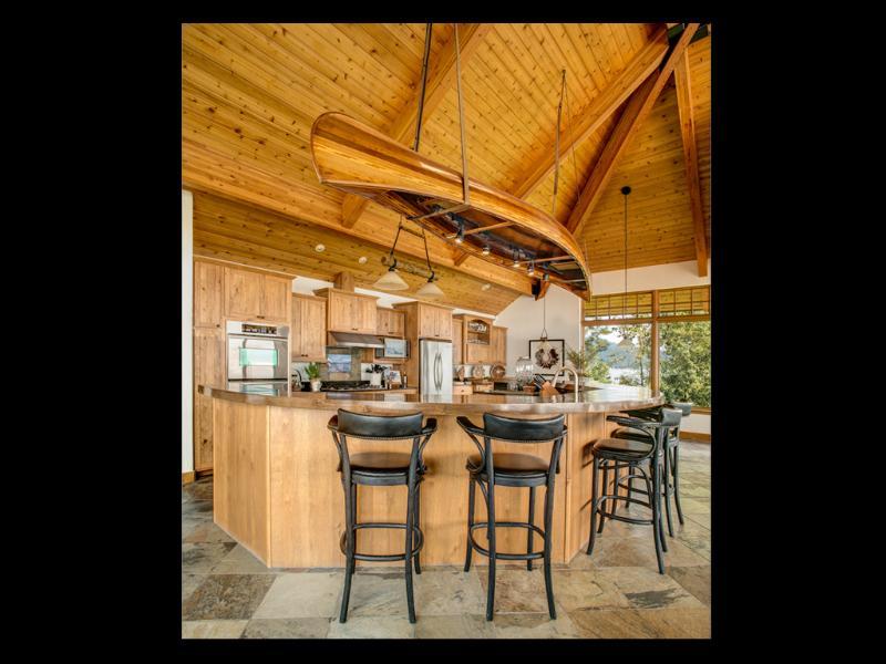 Reloj la acción culinaria suceden cuando sentado en este bar bajo la canoa de tira de cedro hecha a mano.