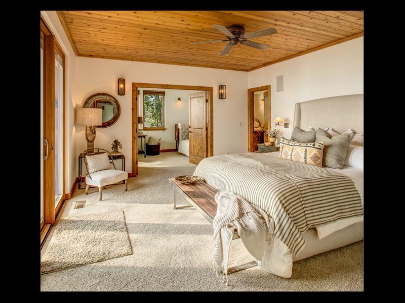 Habitación principal con cama, abre el acceso a la sala de estar con escritorio, tumbona & nido.