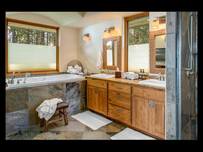 Baño principal tiene bañera de hidromasaje, doble tocador, ducha doble pizarra grande & vestidor.