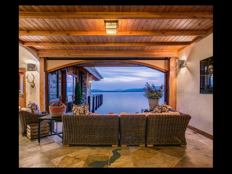 Pabellón de pasaje (vista desde la puerta de entrada).  Una sala de interior/al aire libre.