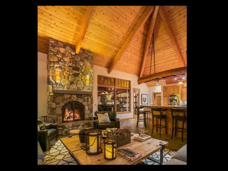 Suelo radiante calor y chimenea de leña que la gran habitación muy acogedora en invierno.