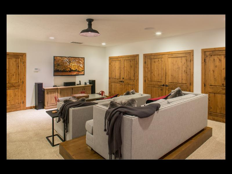 Habitación familiar tiene 55' HD TV, blu-ray & sistema de sonido envolvente completa.