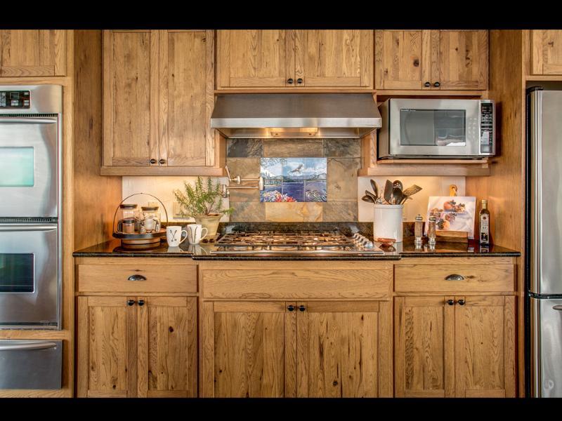 Cocina increíble tiene estufa a gas profesional, 2 hornos, cajón, con cocina completamente equipada.