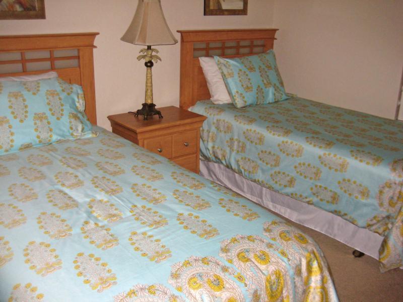 Chambre à lits jumeaux, TV, commode et penderie